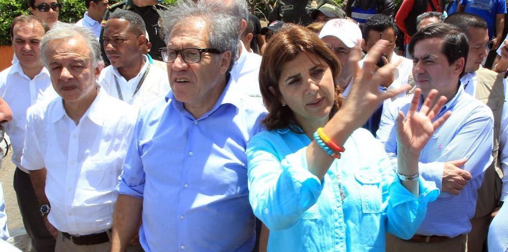Almagro visita a colombianos deportados