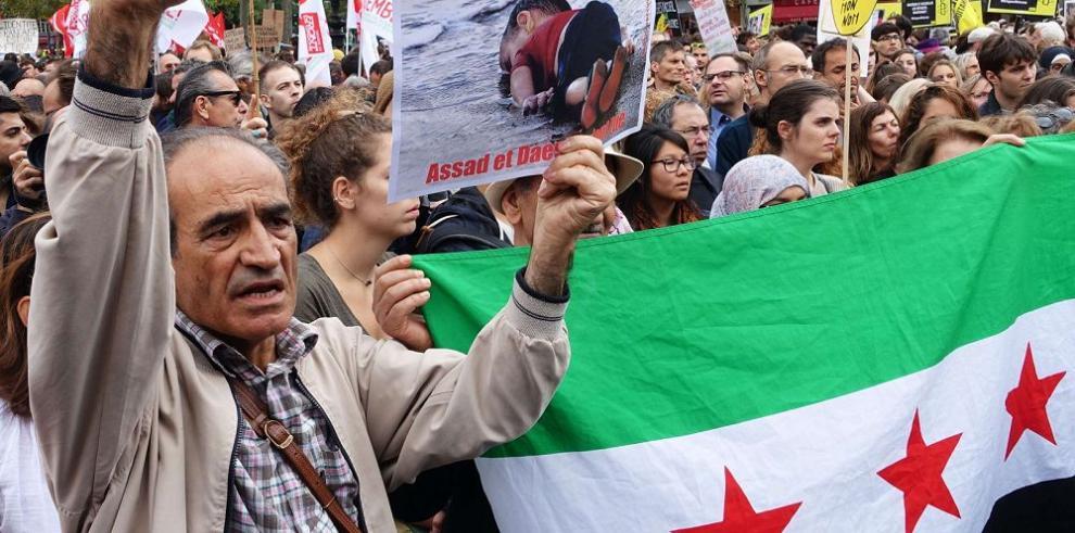 Diez mil franceses protestan a favor de los inmigrantes