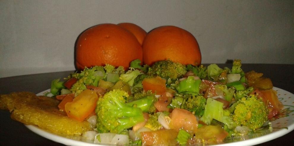 Ensalada pico de gallo con brócoli