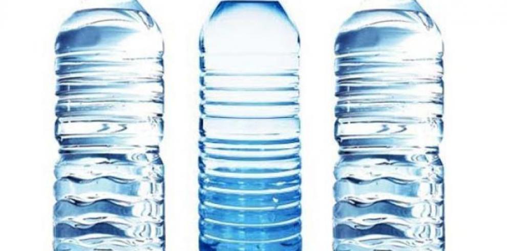 Varias marcas de agua embotellada en revisión por contener bacterias