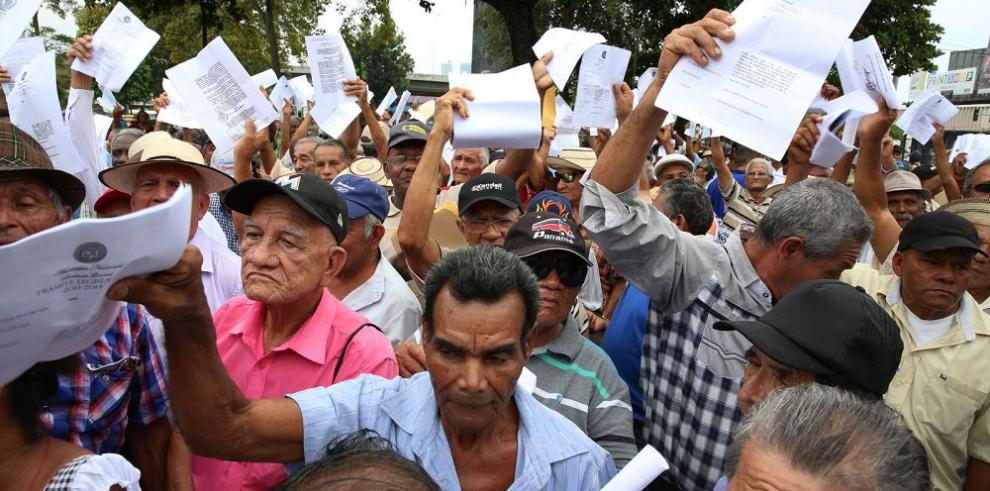 Jubilados protestan en la Asamblea