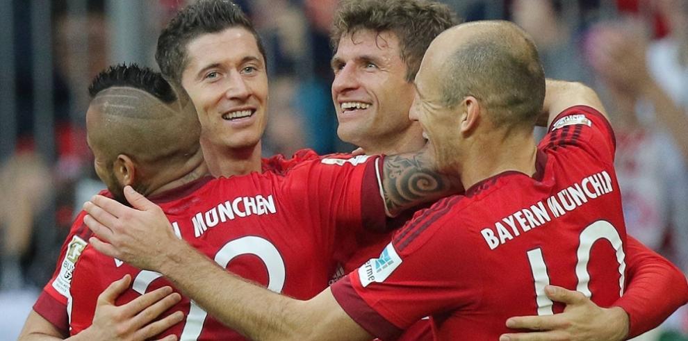 Bayern Múnich aplasta al Sttutgart y se escapa como líder