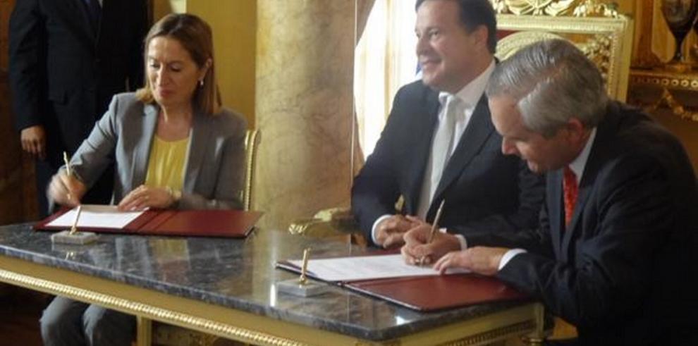 Panamá firma convenio con España