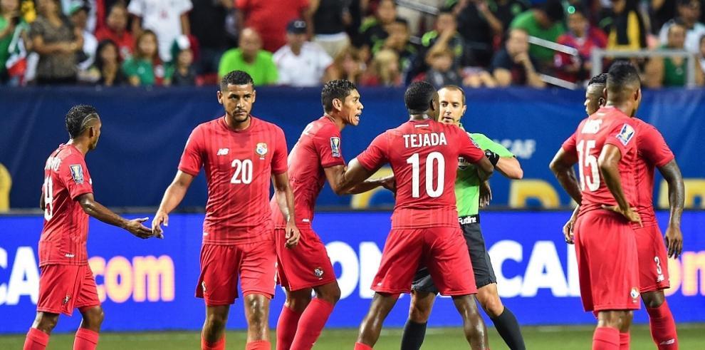 Panamá dueña de la cancha, México a la final