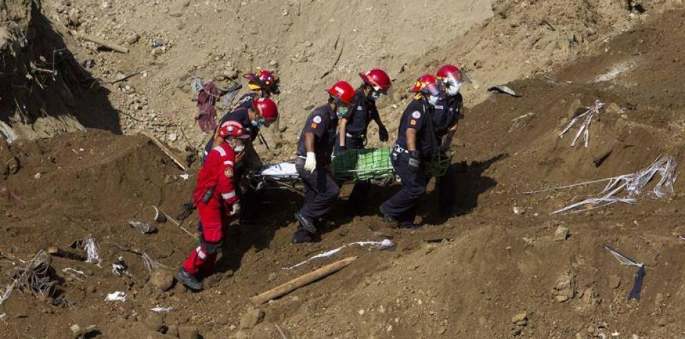 Reanudan búsqueda de al menos 300 desaparecidos en alud en Guatemala