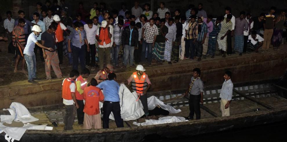 Al menos 41 muertos en el naufragio de un ferry en Bangladesh