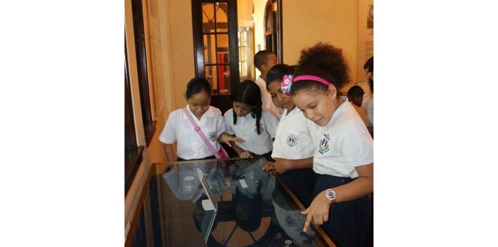 Niños y niñas visitan la Casa Museo