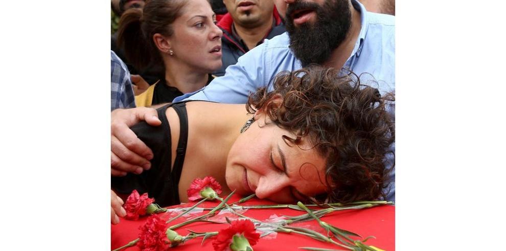 Turquía llora las víctimas del atentado que cobró 95 vidas