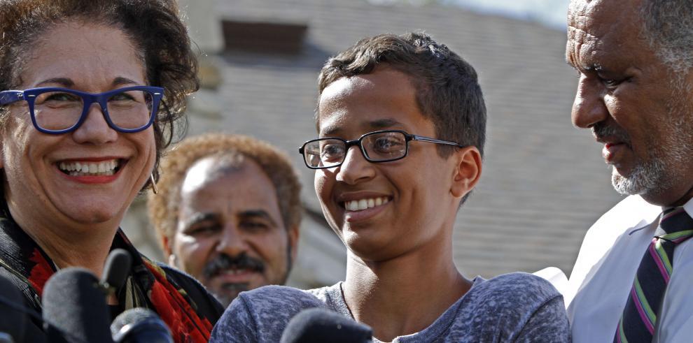 Joven musulmán detenido por reloj casero es retirado de su escuela