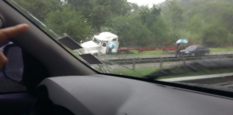 Camión se volcó en vía Centenario