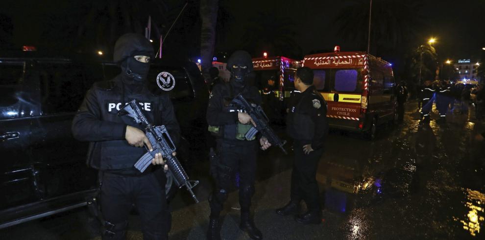 Estalla autobús militar en Túnez y deja 11 muertos