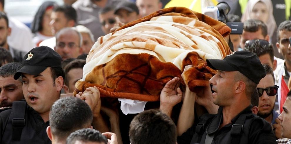 Palestinos participan en el entierro de la madre del bebé quemado vivo