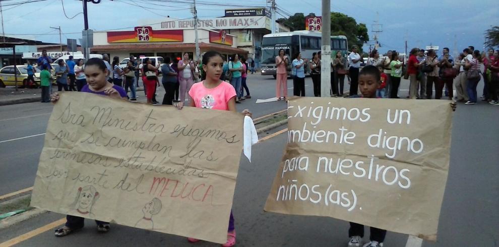 Padres de Familia de escuela en Aguadulce cierran la Interamericana
