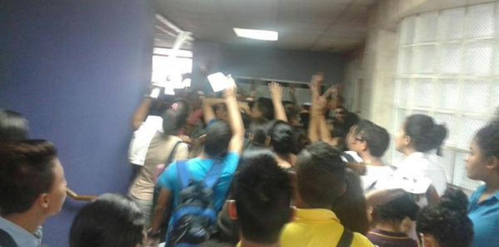 Estudiantes de UP pierden la cordura en proceso de retiro e inclusión