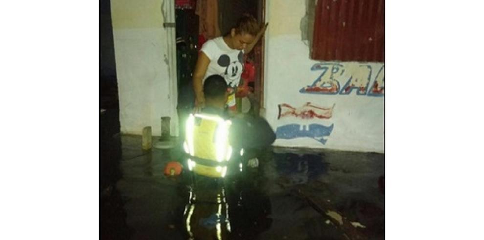 FTC evacúa a familias afectadas por fuertes oleajes