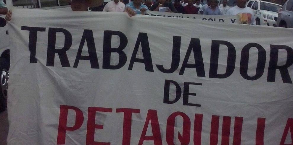 Empleados de Petaquilla reclaman salario de un año