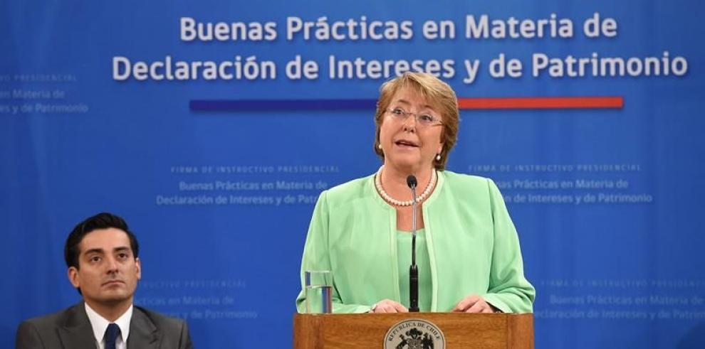Apoyo a Bachelet cae a nivel récord en medio de escándalo por su hijo