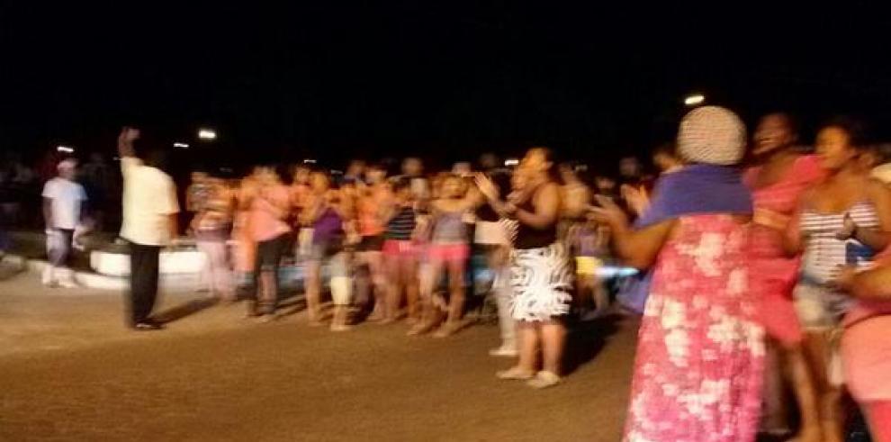 Moradores de Los Jardines en Cabra, protestan por falta de agua