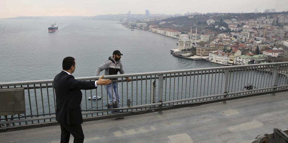 Presidente de Turquíaconvence a un hombre de no tirarse de un puente