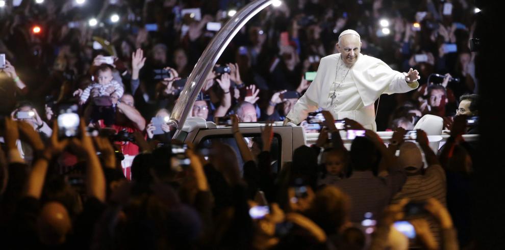 El papa Francisco visita a presos y critica sistemas carcelarios