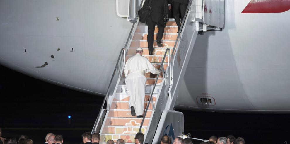 El papa Francisco se despide de EE.UU. y viaja rumbo a Roma