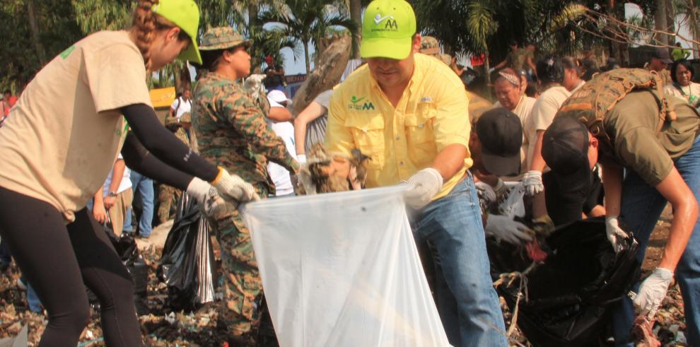 Limpian las playas en Costa del Este y Panamá Viejo