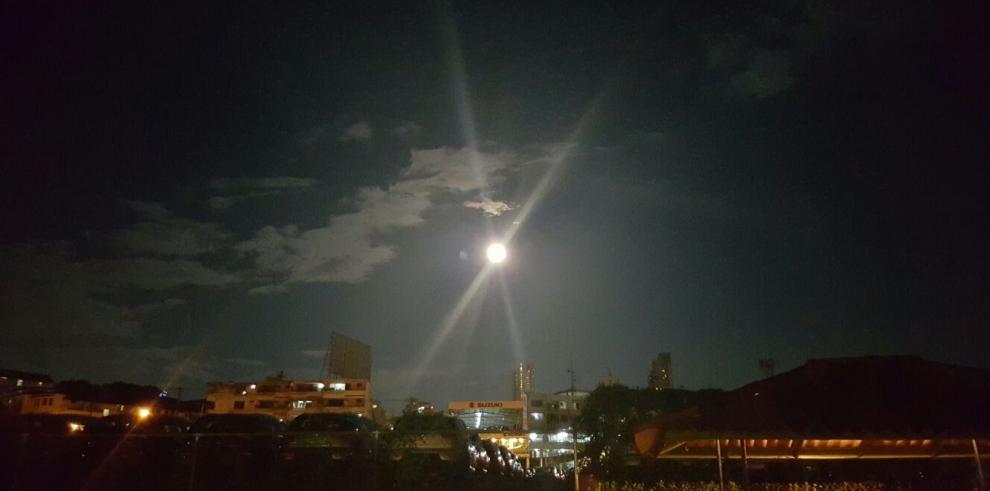 La superluna ya ilumina el cielo de distintos países