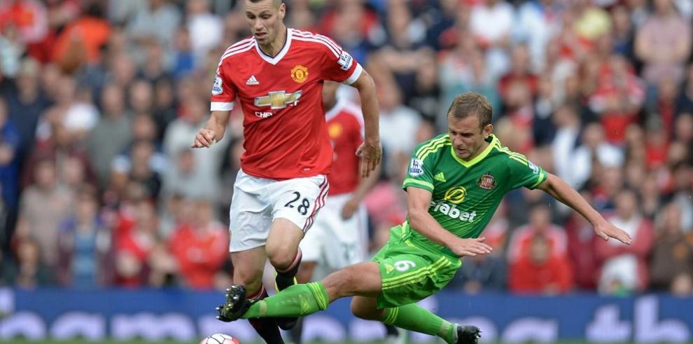 Manchester United golea y aprovecha el tropiezo del City