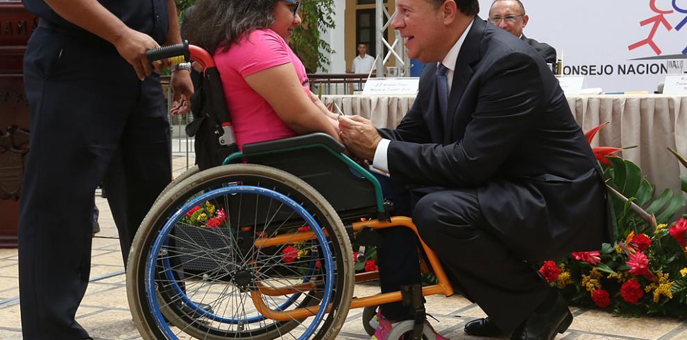 Firman Decreto Ejecutivo para beneficiar a discapacitados