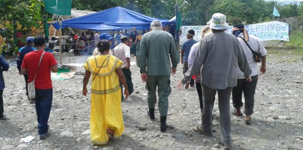 Discusión entre indígenas y una comerciante llega a la agresión
