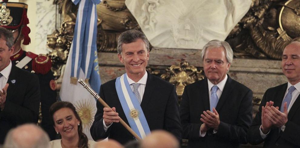 Macri asume presidencia entre promesas de cambio