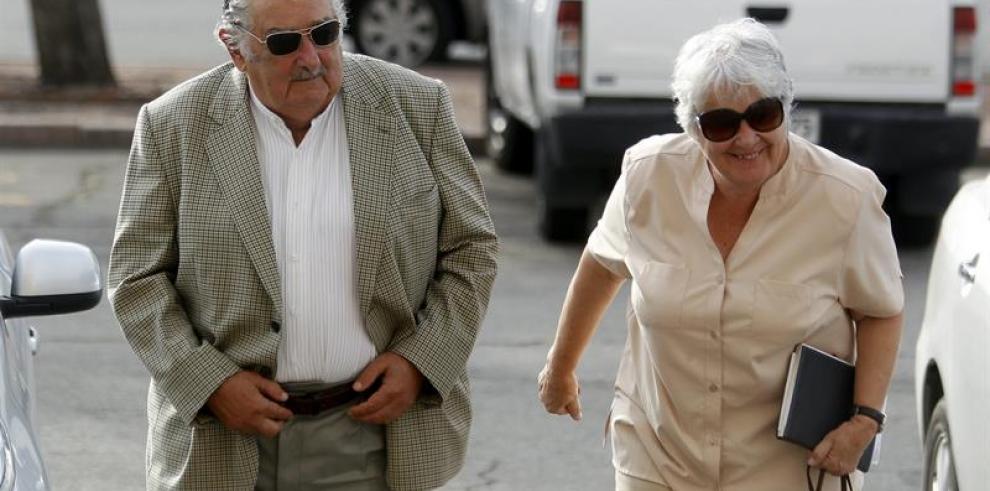 Mujica lanza campaña de su esposa Lucía a Alcaldía de Montevideo