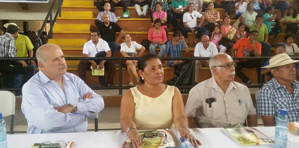 Miguel A. Bernal se reúne con educadores Veraguenses