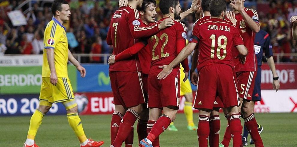 Inglaterra impone respeto en casa y España gana con lo justo