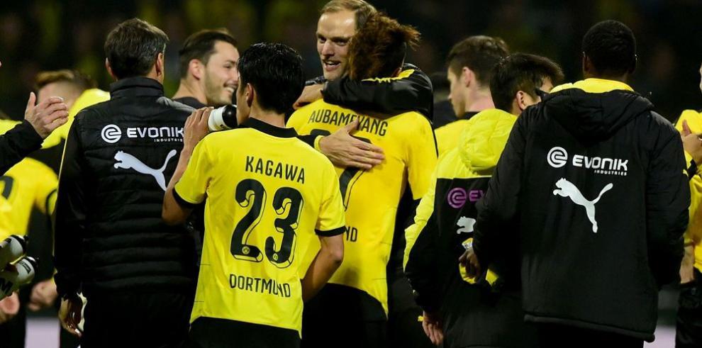 Dortmund gana y se mantiene en la pelea