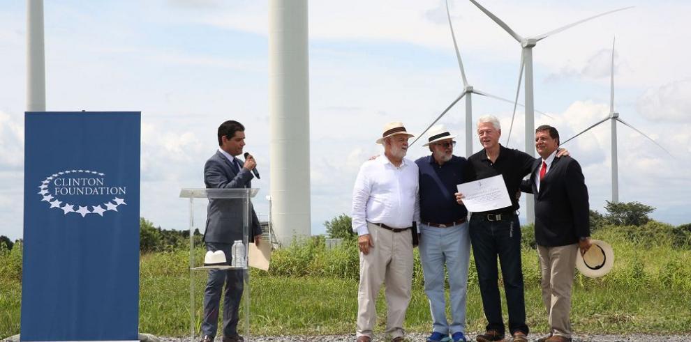 Clinton elogia parque eólico panameño