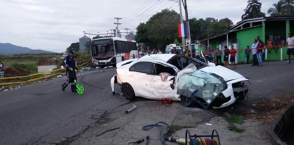 Dos víctimas fatales en colisión entre sedán y Metro Bus en Tocumen
