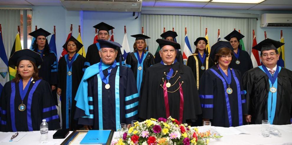 """Ledezma Bradley recibe """"Doctorado honoris causa"""""""