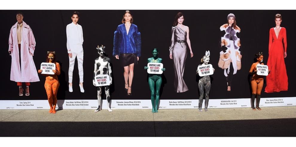 Activistas de PETA protestan frente al Fashion Week Australia