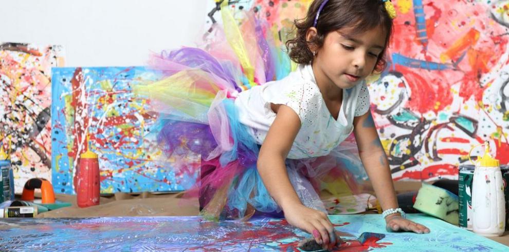 Niña expone su amor por la pintura