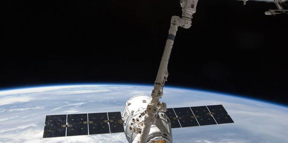 Cápsula Dragon de SpaceX cae al océano Pacifico