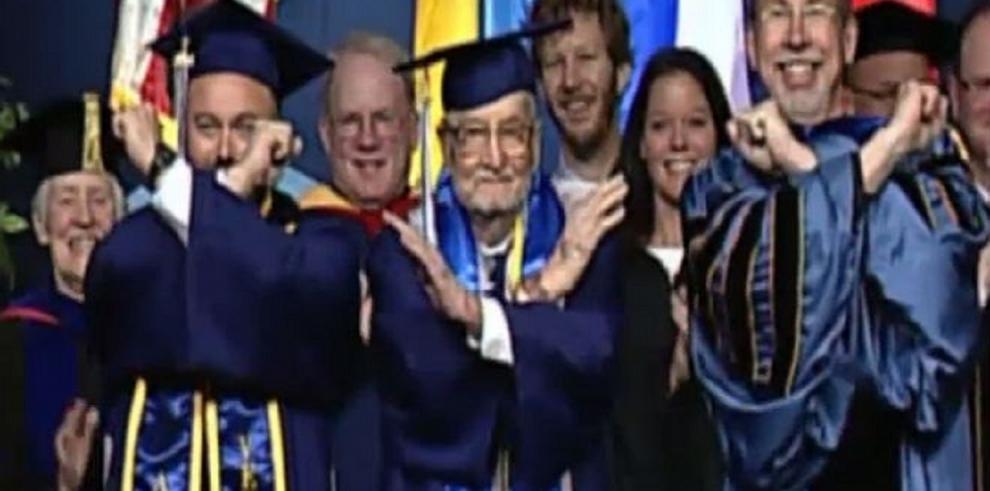 Se gradúa con 90 años de la universidad