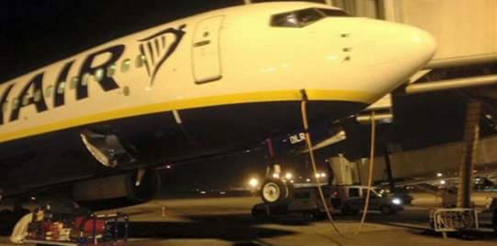Sistema de embarque falla y destruye la puerta de un avión en Barcelona