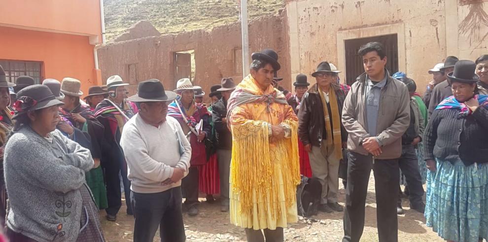 Visten de mujer a alcalde indígena en Bolivia como supuesto castigo
