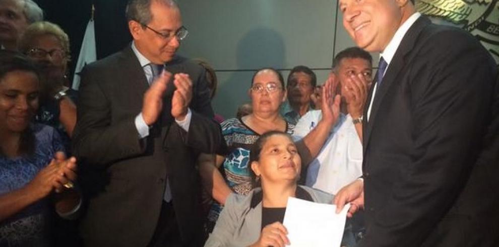 Varela sanciona ley a favor de afectados con Dietilenglicol