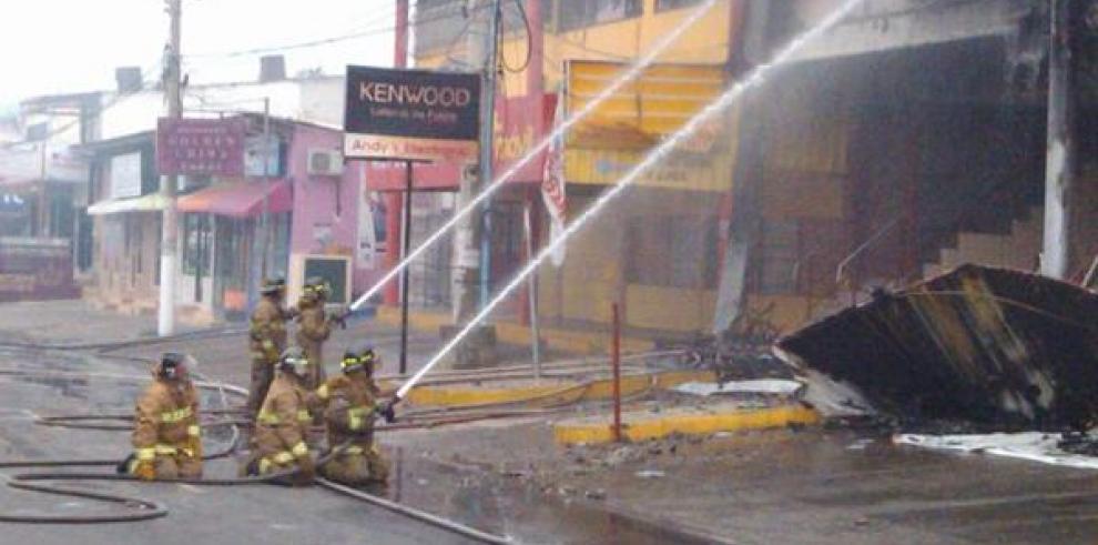 Incendio consume diversos almacenes en Aguadulce