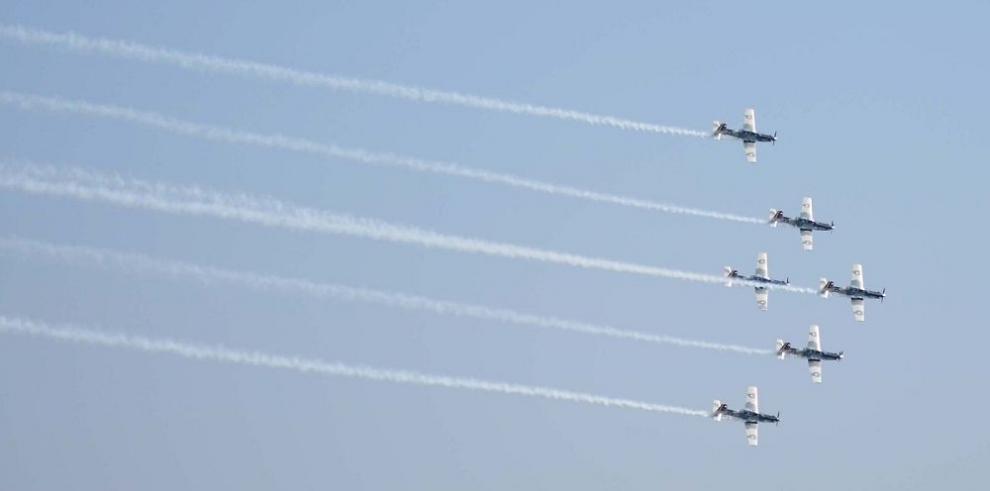 Chocan dos aviones en exhibición aérea