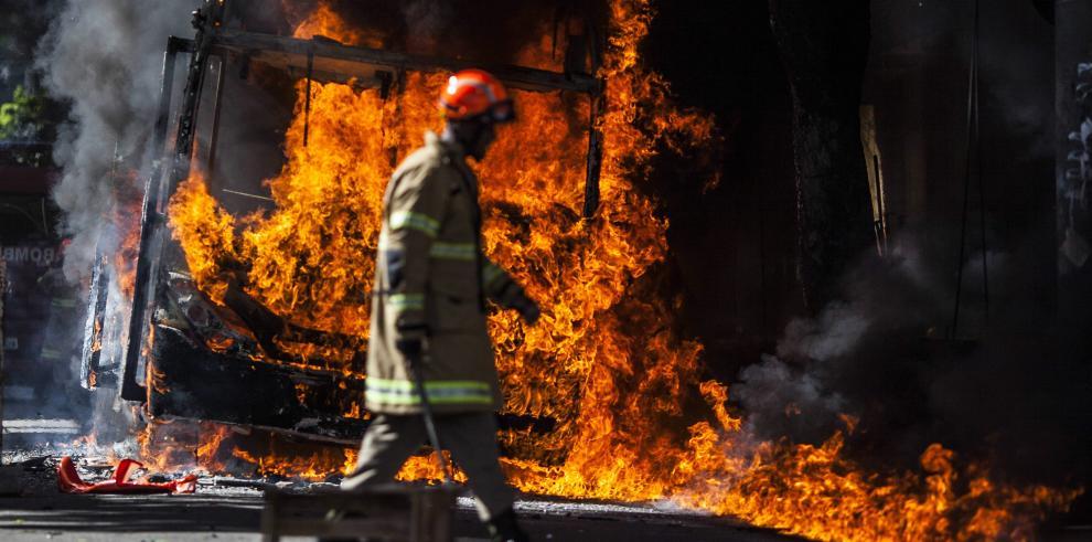 Incendian bus en Río de Janeiro durante protesta