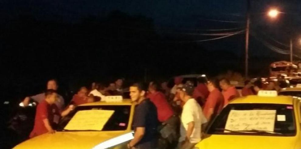 Taxistas cierran vías en Chepo en protesta contra los