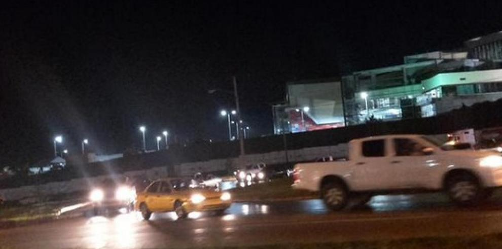 Conductor de articulado impacta contra un poste en vía Centenario